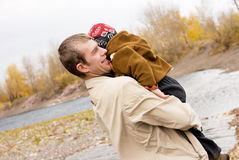 Padre feliz con su hijo al aire libre Foto de archivo libre de regalías