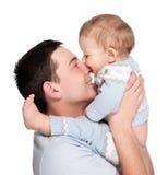 Padre feliz con un bebé aislado en un blanco Imagen de archivo