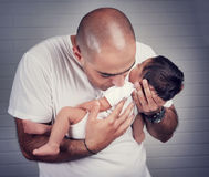 Padre feliz con un bebé Fotografía de archivo libre de regalías