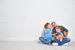 Padre feliz de la familia e hija embarazada de la madre y del niño cerca Imagenes de archivo