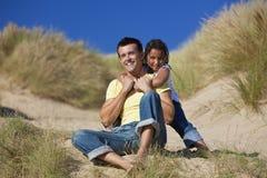 Padre feliz e hija que juegan en la playa Imagen de archivo libre de regalías