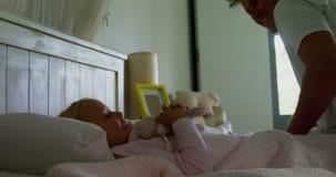 Padre feliz e hija que se divierten en el dormitorio 4k metrajes