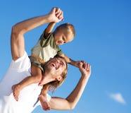 Padre feliz e hijo al aire libre Imágenes de archivo libres de regalías