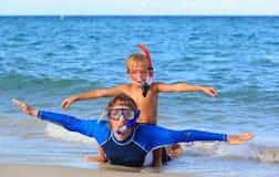 Padre feliz e hijo que bucean en la playa Fotografía de archivo libre de regalías