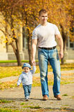 Padre feliz en la caminata con el hijo joven Fotos de archivo libres de regalías