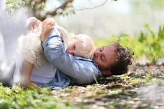 Padre feliz Playing con la hija linda del bebé en Autumn Woods fotografía de archivo