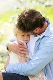 Padre feliz Playing con la hija linda del bebé en Autumn Woods fotografía de archivo libre de regalías
