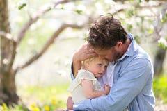 Padre feliz Playing con la hija linda del bebé en Autumn Woods foto de archivo libre de regalías