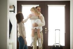 Padre feliz que abraza la vuelta de llegada de la pequeña hija después de lo fotos de archivo libres de regalías