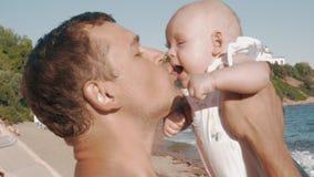 Padre feliz que besa a la hija del bebé almacen de video