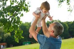 Padre feliz que detiene al bebé Imagenes de archivo