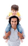 Padre feliz que juega con su hijo contra Foto de archivo libre de regalías