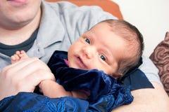 Padre feliz que sostiene el suyo recién nacido Fotografía de archivo