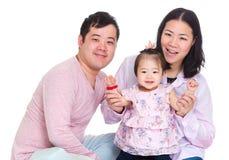 Padre feliz y madre que celebran la mano de la hija del bebé imagen de archivo libre de regalías