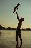 Padre feliz y niño que se divierten en el verano Fotografía de archivo libre de regalías