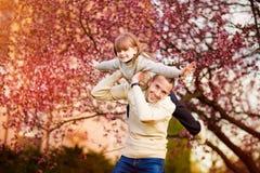 Padre feliz y ni?o que pasan tiempo al aire libre Ayuda de la familia foto de archivo