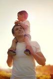Padre feliz y niño alegres de la foto de la forma de vida del verano que se divierten Fotos de archivo libres de regalías