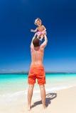 Padre feliz y pequeño niño en la playa Fotos de archivo