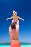 Padre feliz y pequeño niño en la playa Imagen de archivo libre de regalías