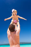 Padre feliz y pequeño niño en la playa Imagenes de archivo