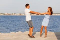 Padre feliz y su hija en la playa Imagen de archivo libre de regalías