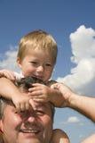 Padre feliz y su hijo imágenes de archivo libres de regalías