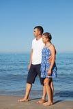 Padre feliz y su pequeña hija en la playa Foto de archivo