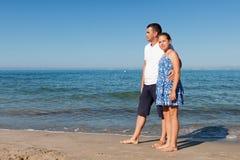 Padre feliz y su pequeña hija en la playa Fotografía de archivo libre de regalías