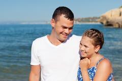Padre feliz y su pequeña hija en la playa Fotos de archivo libres de regalías
