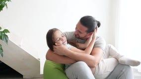 Padre feliz y su pequeña hija que juegan en casa, primer almacen de metraje de vídeo