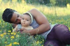 Padre hermoso con el bebé en la naturaleza Imágenes de archivo libres de regalías
