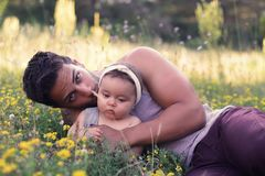 Padre hermoso con el bebé en la naturaleza Foto de archivo libre de regalías