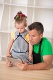 Padre hermoso y el pequeño cocinar lindo de la hija Foto de archivo