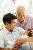 Padre, hijo y nieta asiáticos imagenes de archivo