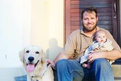 Padre, hijo y perro foto de archivo
