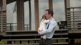 Padre Holds His Daughter que calma abajo almacen de video