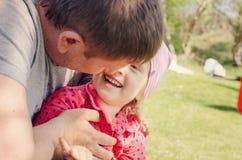 Padre Hugging Young Daughter al aire libre Imagen de archivo