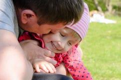 Padre Hugging Young Daughter al aire libre Foto de archivo libre de regalías