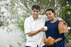 Padre interracial e hijo que juegan a béisbol Fotos de archivo libres de regalías