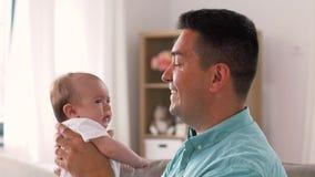 Padre invecchiato medio con la figlia del bambino a casa archivi video