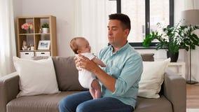 Padre invecchiato medio con la figlia del bambino a casa stock footage