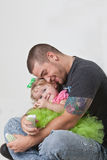 Padre joven con el bebé. Imagenes de archivo