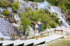 Padre joven con la hija observando el área termal Orakei Korako, Imagenes de archivo