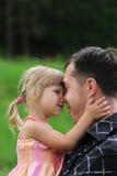 Padre joven con su hija Fotos de archivo