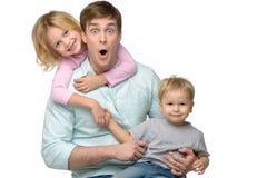 Padre joven con sus dos niños que se divierten fotografía de archivo
