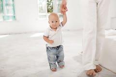 Padre joven con sus nueve meses del hijo en casa Foto de archivo libre de regalías