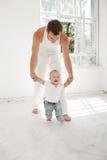 Padre joven con sus nueve meses del hijo en casa Fotografía de archivo libre de regalías