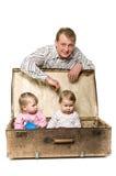 Padre joven de Yappy y dos pequeños niños Foto de archivo