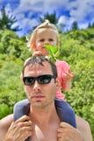 Padre joven en gafas de sol con la hija linda en Taupo, NZ Imagen de archivo