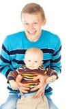 Padre joven feliz con el bebé fotos de archivo